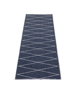 Max rug blue is inspired by the Swedish design from the 50s and has been created by the Swedish company Pappelina. Match Max big rug and Max oil cloth in grey for a more creative look in your home!