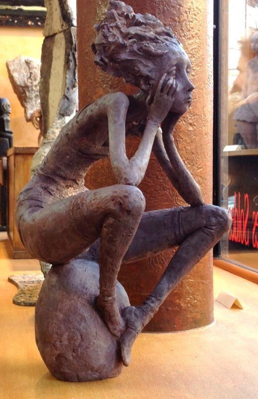 """Femme au galet - Les """"petites bonnes femmes"""" de Valérie HADIDA, sculpteure et peintre"""