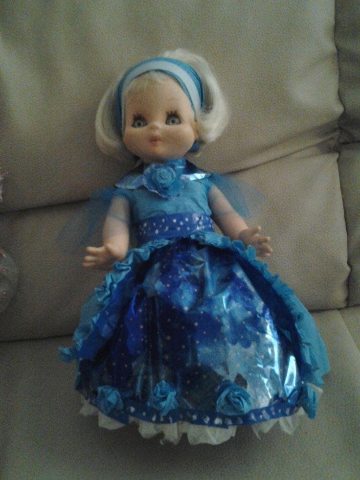 Bambola del 1966 con abito in carta crespa celeste e carta regalo, cintura in nastro isolante.
