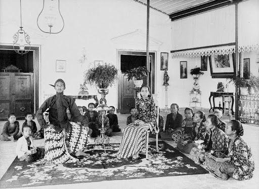 Prins Poeroebojo was ten tijde van deze foto nog een broer van de kroonprins. Toen deze kwam te overlijden, werd Poerbojo later Sultan Hamengkoe Boewono VI...1925-1942.