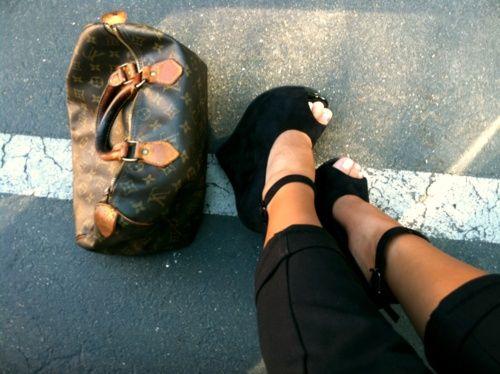 Black heels & Louis Vouitton bag