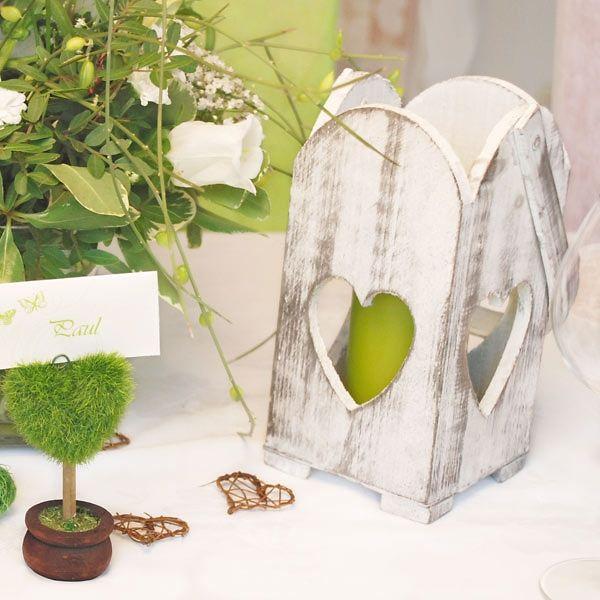Hochzeitsdeko im Shabby Chic Look - Das Windlicht aus Holz im Used-Look sorgt für ein tolles Vintage-Ambiente auf der Hochzeit.