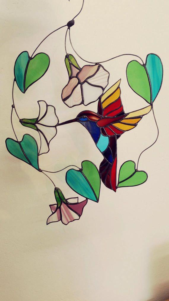 Tiffany glas in lood raamhanger in gekleurd glas van kolibrie zwevend bij bloem en drinkt in vlucht, gemaakt op elegant draadframe