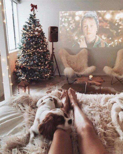 Один дома + фильм + Новый год + ноги + девушка + тепло + зима + комната + проектор + гирлянда + свет + кровать + отдых + праздник + настроение + уют