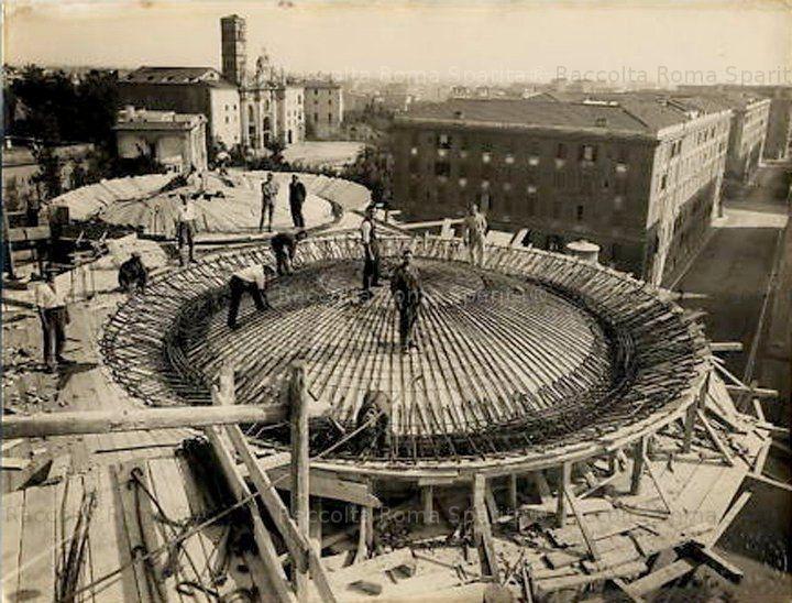 Foto storiche di Roma - Serbatoi Acea in costruzione su Via Eleniana, sullo sfondo la Basilica di Santa Croce in Gerusalemme Anno: Anni '30