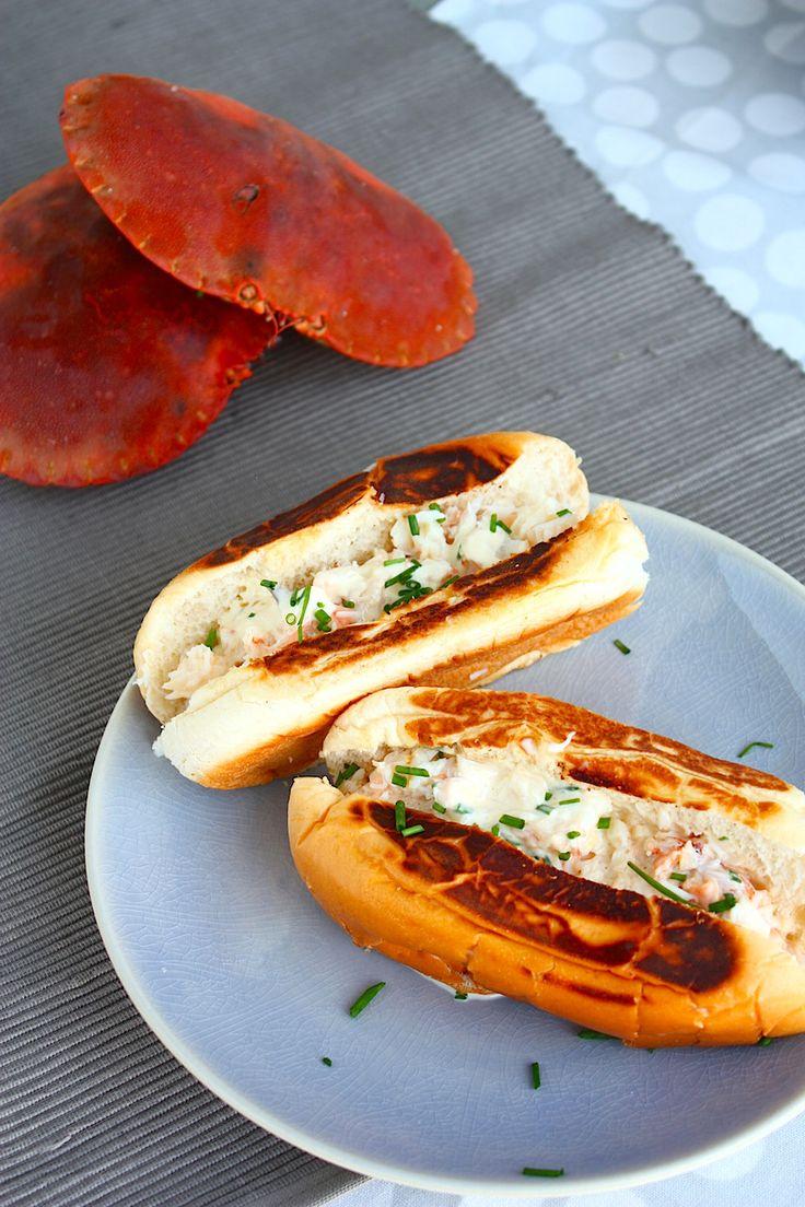 Deze Noordzeekrab rolls zijn een variatie op de lobster roll. Een zeer delicaat en verrukkelijk broodje! // Francesca Kookt