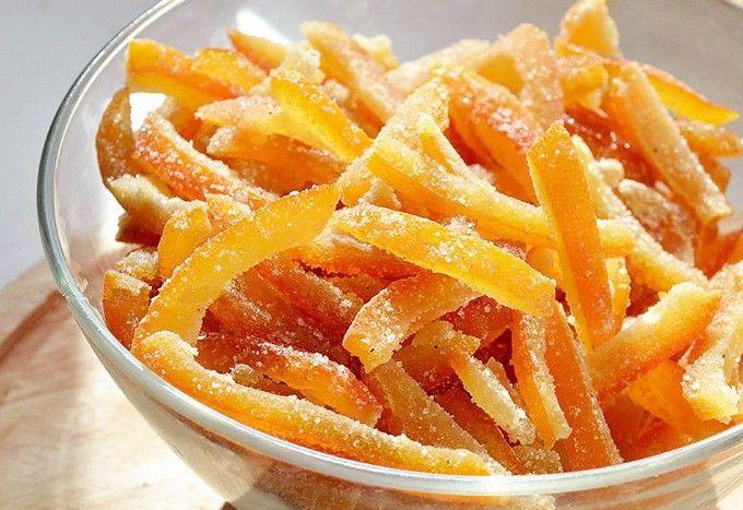 Что вы делаете с апельсиновыми корками, после того, как съедаете апельсин? Некоторые люди сушат их и добавляют в чай, некоторые кладут куда-то, чтобы приятно пахло. Но большинство людей несут корки сразу в мусорное ведро. Но не спешите делать это. Из этих корочек можно сделать вкусный и простой десерт — апельсиновые цукаты! Такие цукаты здорово идут […]