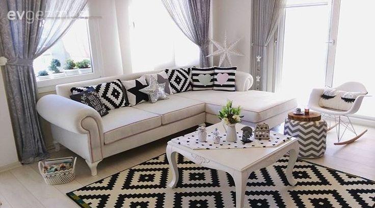 Bu da aynı alanda siyah-beyaz konsepti. Halı, kırlentler ve dekoratif obje değişimi ile alanın stili tamamen değişiyor.