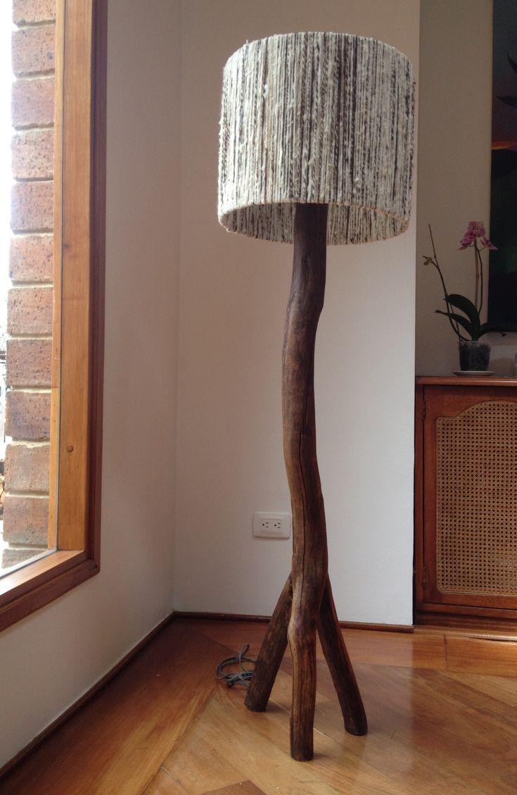 Lámpara de pie en madera con tres patas y pantalla en lana virgen