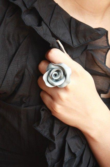 polymer clay rose ring (dringend zo'n rozenknopen maken voor mijn trui!)