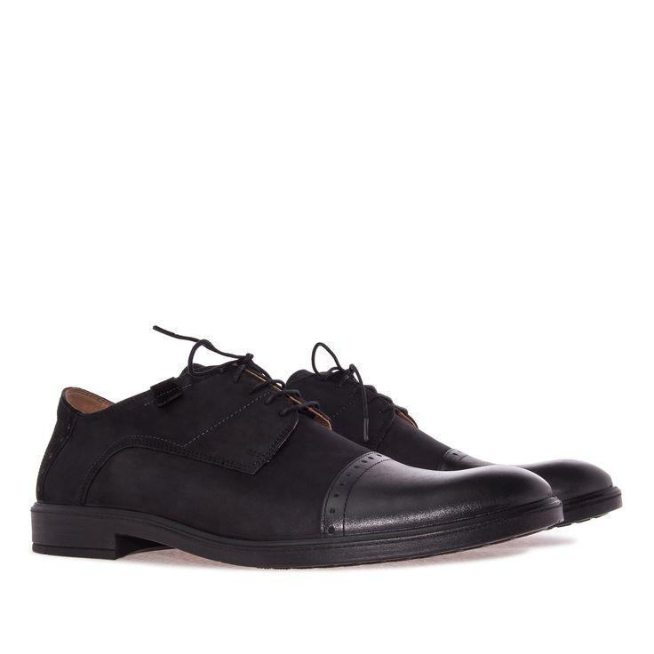 Zapato de estilo Inglés en Nubuck Negro. Detalle de Punta en Cuero y talonera en…