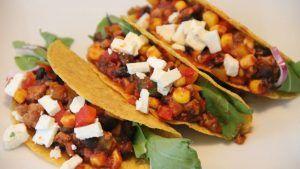 Mexicaanse taco schelpen met mais, paprika en zwarte bonen recept