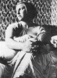 네 번째 연인은 피카소가 46살에 첫눈에 반했던 17세 소녀 마리 테레즈로 피카소를 초현실주의로 이끈 금발의 미녀다. 당시 44세 였던 피카소는 올가와의 상류층생활이 지겨워지고 1924년 이후 급성장한 초현실주의파의 영향을 받으며 더더욱 결혼 생활에 염증을 느끼고 있던 중 다라파예트 갤러리 근처의 지하철에서 초현실주의 여신 17세의 마리 테레즈를 만나게 된다. 피카소는 마리 테레즈를 6개월간 쫒아다녀서 교제승낙을 받아냈고, 이후 마리를 뮤즈로그녀처럼 생기가 흐르는 곡선, 색채, 풍만한 형태 등 에너지가 넘치는 그림을 1930년대 말까지 어마어마하게 그려낸다. 하지만 그것도 잠시였고  금발의 에너제틱한 매력에 반했던 피카소는 마리 테레즈가 무식하다는 이유로 그녀를 버린다.  마리는 피카소가 사망한 지 4년 후 1977년 10월 20일에 목을 매어 자살한다.