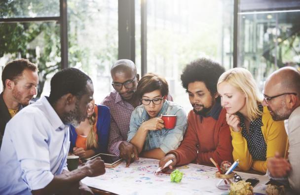 Mooi artikel bij Baaz Magazine over groepsdruk en ongeschreven regels: De weg naar succesvol teamgedrag. Hoe frisse ideeën om zeep worden geholpen. In teams die al langer met elkaar werken spelen groepsprocessen een grote rol. Teams doen vaak niet wat ze afspreken omdat er naast de afgesproken normen allerlei ongeschreven regels zijn die in sterke mate het teamgedrag beïnvloeden. #groepsdruk #annemiekefigee #leonievanrijn #baazmagazine #futurouitgevers