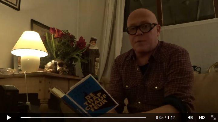 Een stukje uit 'De trapchaffeur', voorgelezen door Marnix Peeters. Klik op de afbeelding om de video te zien.