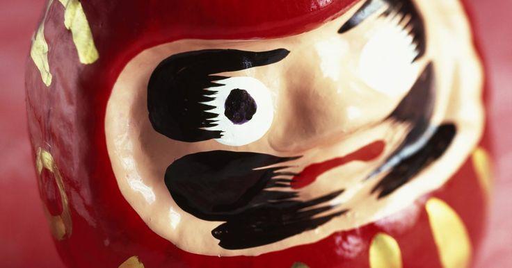 Como fazer um boneco Daruma. O boneco japonês Daruma originou-se de uma lenda sobre um santo que orou até seus braços e pernas secarem. Hoje, o boneco Daruma tem dois olhos vazios. Quando uma pessoa recebe um boneco desses e faz um desejo, um de seus olhos ganha cor. Quando o desejo é realizado, o outro olho ganha cor. Faça o seu próprio boneco Daruma para um festival de ...