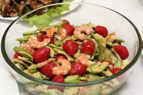 Салат из креветок клубники и авокадо