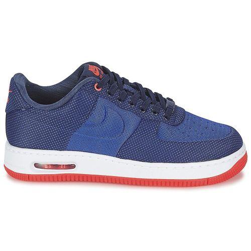 Een dikke tien voor het merk Nike dat deze nieuwe lage sneaker heeft ontworpen! Dankzij de textielen schacht in de kleur blauw is dit model hip en comfortabel tegelijk. De Air Force 1 '07 is voorzien van een textielen binnenvoering. De zool is gemaakt van rubber.   Ongetwijfeld de must-have van dit moment. - Kleur : Blauw - Schoenen Heren € 103,20