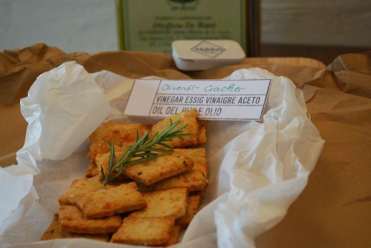 Olivenöl-Kracker veredelt mit Maldon-Salz- Geschenke aus der Küche  http://norassalzindersuppe.blogspot.de/2013/12/olivenol-kracker-veredelt-mit-maldon.html