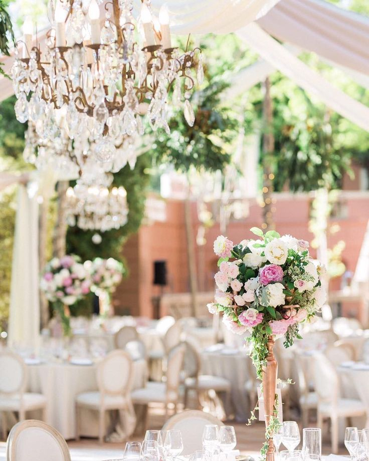 Chandeliers de bronce y cristal tallado! El broche de esta magnífica boda en @villapadiernahotel con @tuccoweddingsanduniqueaffairs con imágenes de @victoralaez magníficas! . . .  #chandelier #flowers #weddindday #weddings #bodas2017 #pedronavarroweddings