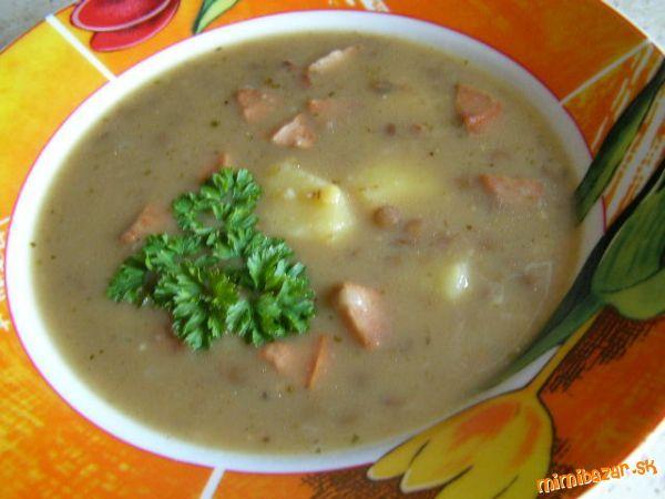 výborná šošovicová polievka so zemiakmi a párkom