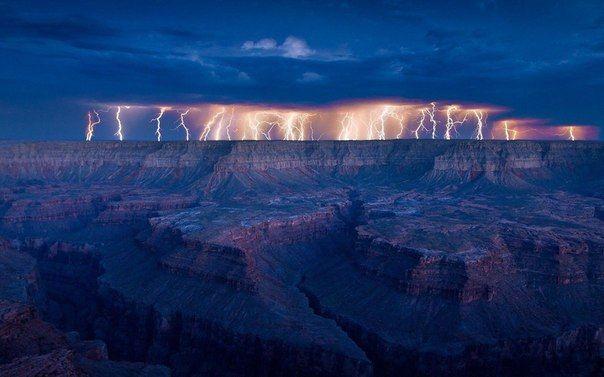 Невероятные молнии над Гранд-Каньоном, США