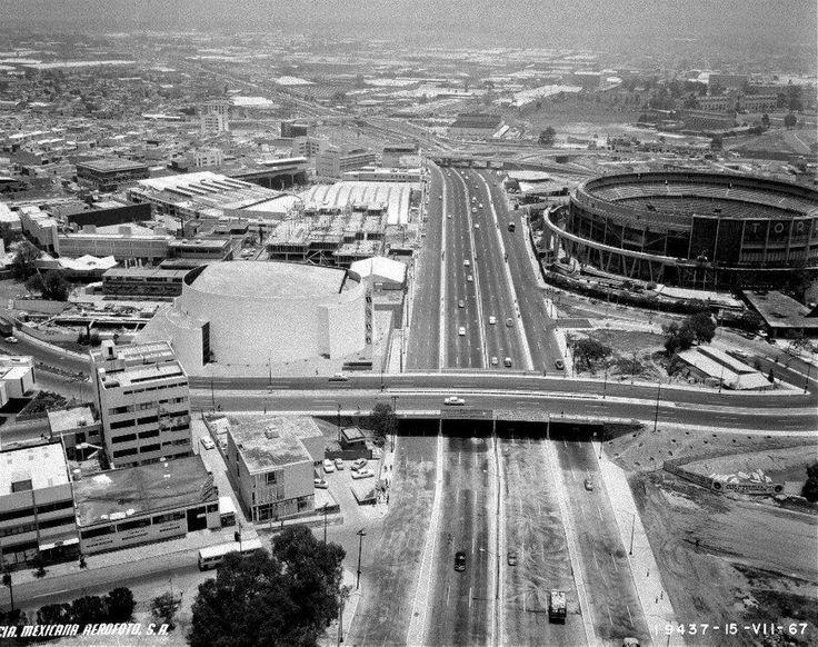 Toreo de cuatro caminos en periférico y el antiguo cinema Hollywood,en los 60s
