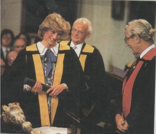Le 08 mai 1984: la princesse Diana a reçu une bourse honoraire du Collège royal des médecins et chirurgiens à Glasgow, en Écosse