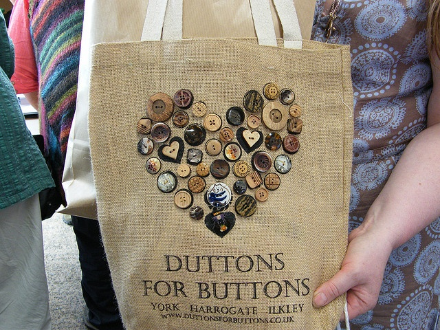 I'd love to have this button-bag!!! Just for the buttons on it.