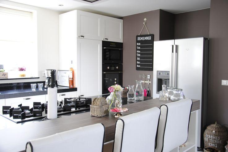 Trendy keuken met Amerikaanse koelkast.