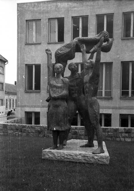 Mindszent tér, Zászlóvivők című szobor (Makrisz Agamemnon,1965.).