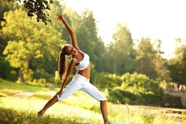 ПРЕИМУЩЕСТВА УТРЕННИХ ТРЕНИРОВОК    1. Когда вы просыпаетесь утром после 8-12-часового голодания, хранилища гликогена истощены. Тренировки при таких условиях заставляют организм мобилизовать жир, так как гликогена недостаточно.    2. Потребление пищи вызывает высвобождение инсулина, который мешает мобилизации жиров. Утром в организме меньше всего инсулина, следовательно, вы сожжете больше жира именно в это время.    3. После ночного сна в крови меньше всего углеводов (глюкозы), значит, вы…