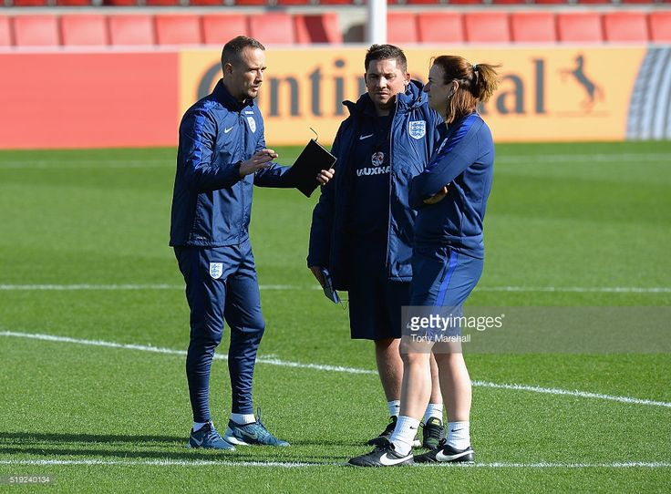 mark-sampson-head-coach-of-england-women-talks-to-marianne-spacey-picture-id519240134 (1024×755)
