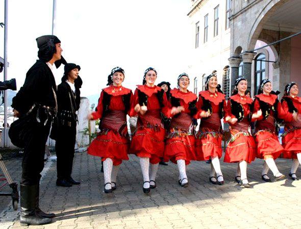 Giresun Kültür ve tarih giresun horon-GELENEKLER VE TÖRELER Osmaniı döneminde kıyı kesimle-rinde ve merkezde Rumlar'ın, Şebinka-rahisar ve Alucra'da Çepniler'in gele-nekleri ve inançları yaygındı. Rum- lar'ın ve Ermeniler'in geç etmesinden sonra Türk - Islâm gelenek ve töreleri egemen olmuştur. ilin büyük kesiminde, Hicri takvime göre yılbaşı olan 14 Mart'ta erken kalkılarak namaz kılınır. Uğur getirmesi için bir akarsudan ya da denizden su alınır, getirilen su evin her tarafına ve…