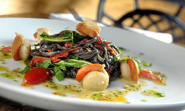 Tagliolini negro com tomate seco, rúcula e vieiras grelhadas
