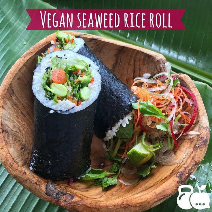 Les dejo un delicioso rollo de sushi  que me comí hace algunas semanas. Es un rollo vegetariano que tiene arroz al vapor  zanahorias  espárragos lechuga  jícama aguacate   betabel jitomate  y alga marina.  Hay diferentes tipos de algas marinas (seaweed) las que son comestibles son mega nutritivas! La que se ve en la foto es Alga Nori tiene muchísimas vitaminas (en especial del complejo B y vitamina A ) y muchos minerales (potasio magnesio yodo y hierro) y aunque no lo crean es alta en…