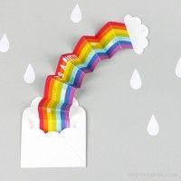 Uitnodiging voor een feestje in de vorm van een regenboog, leuk! Gewoon leuker