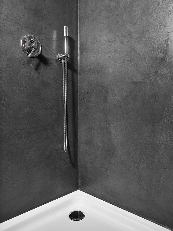 Černá cementová stěrka Microtopping ve sprchovém koutě. / Black cement coating Microtopping in shower, BOCA Praha. http://www.bocapraha.cz/cs/produkt/698/microtopping-pohledova-cementova-sterka/