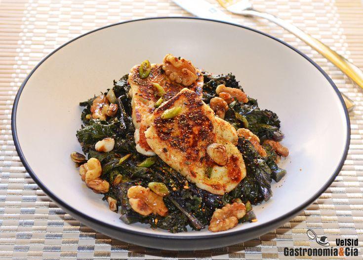 Para que disfrutéis de otra forma de comer la col rizada de moda, aquí os dejamos la receta de Kale con halloumi y nueces, es un plato fácil y rápido de hacer, y queda muy sabroso, tanto por los ingredientes principales como por el aderezo. Toma nota de la elaboración paso a paso.