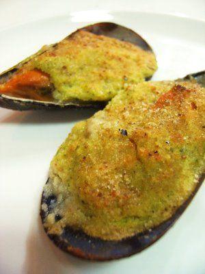 Cozze Ripiene ~ Regione di appartenenza: Molise ~ Categoria di appartenenza: Antipasti ~ Ingredienti: cozze, olio extravergine d'oliva, aglio, prezzemolo, diavolillo , mollica di pane raffermo, formaggio pecorino grattugiato, sale e pepe ~ Preparazione: https://www.facebook.com/photo.php?fbid=221522851370877&set=a.210358612487301.1073741828.210336982489464&type=1&theater