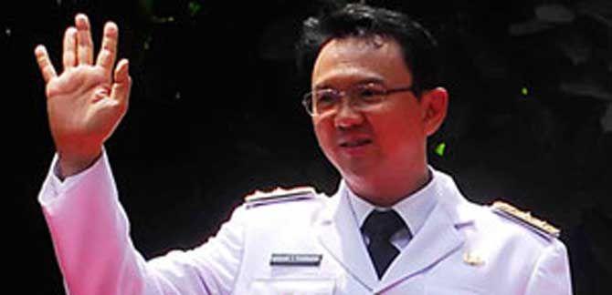 JAKARTA, (tubasmedia.com) – Rapat Paripurna Istimewa DPRD DKI Jakarta dengan dikawal ratusan personel kepolisian dari Polda Metro Jaya, secara resmi menetapkan Basuki Tjahaja Purnama atau Ahok menjadi Gubernur DKI Jakarta.