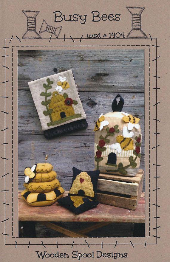 Bezige bijen vervilte wol stoffen Speldenkussens, portemonnee & deur stoppen patronen door Debra Busby voor houten Spool ontwerpen #wsd1404 K429