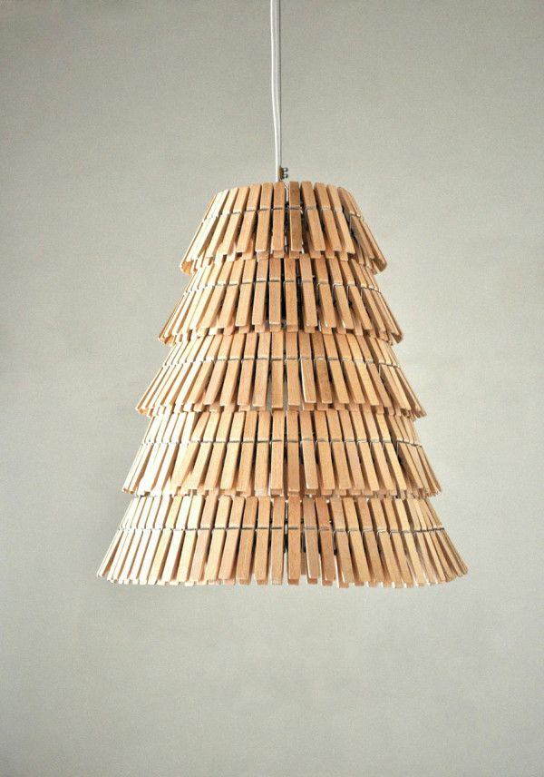 ¿bombilla vieja y pinzas de madera? lámpara a la vista!