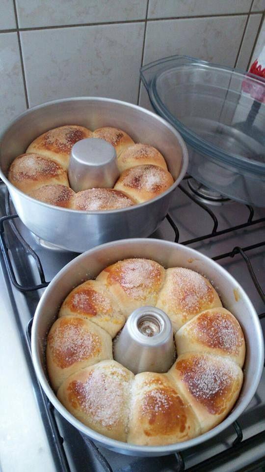 Rosca Doce. Ingredientes: 1 pacote fermento biológico seco instantâneo 10 grs; 1 e 1/2 xícara (chá) água fria; 1 lata leite condensado; 2 colheres manteiga; 3 ovos 1 kg farinha de trigo.  Misture todos os ingredientes até desgrudar das mãos, faça bolas e coloque na forma redonda untada com manteiga (não precisa por farinha na forma). Deixe crescer até dobrar de tamanho, depois pincele com gemas e polvilhe açúcar cristal.   3 roscas.------- Sweet Bread.