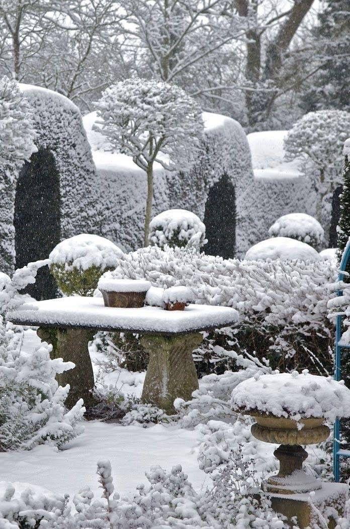 Unter der Schneedecke wirkt auch die zeit wie festgefroren.