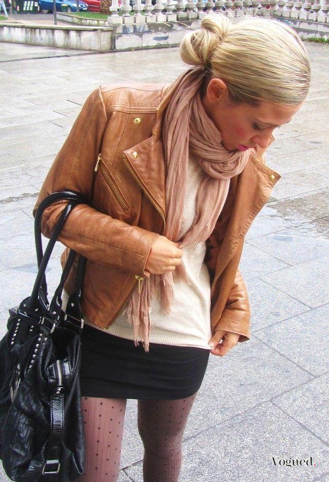 robe kaki et veste en cuir marron