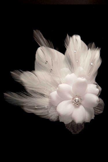 Hermoso tocado de flor con plumas para el cabello