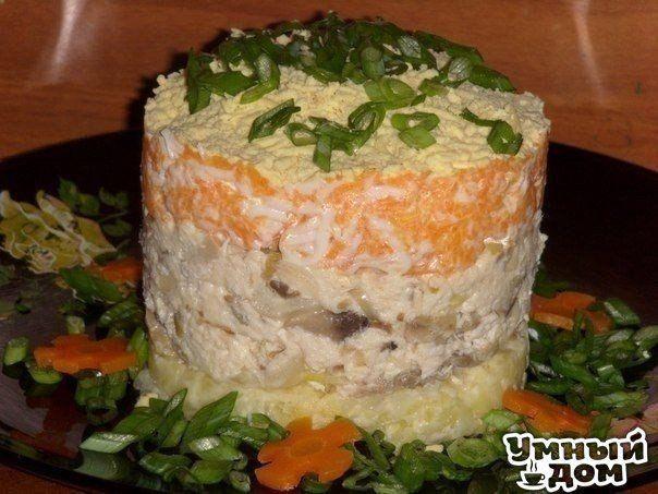 """Салат """"Лисья шубка"""" Ингредиенты: Картофель - 2 шт Морковь - 1 шт. Грибы - 100 гр. Филе - 100 гр. Яйцо - 1шт. Майонез -3 стол.ложки. Лук репч - 2 шт. Приготовление: Укладываем слоями. 1. Отварить картофель,натереть+соль,немного майонеза. 2. Кур. филе нарезать(заранее отварить)+майонез,соль,перец. 3. Грибы обжарить с луком. 4. Вар. морковь натереть+белок,майонез. 5. Желток,зелень. В этот раз я грибы смешала с курицей. Получилось намного сочнее. Вкусно жить не запретишь! Умная хозяюшк..."""