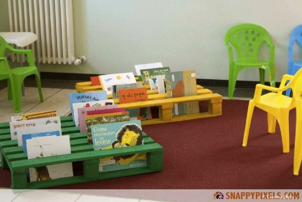 107 Used Pallet Projects and Ideas: This book holder is a perfect kids room solution!