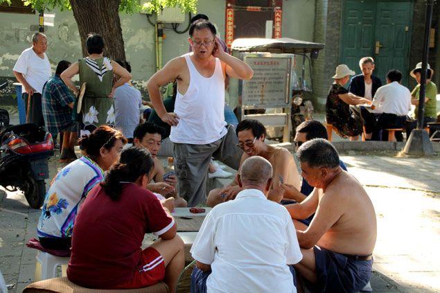 Grupo de ancianos jugando a cartas